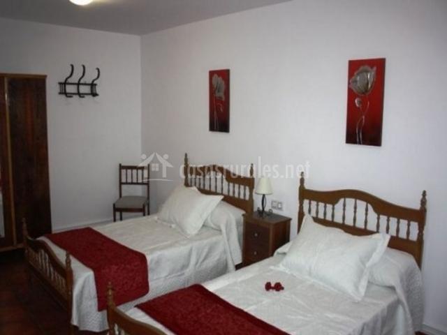 Dormitorio doble con manta de color burdeos