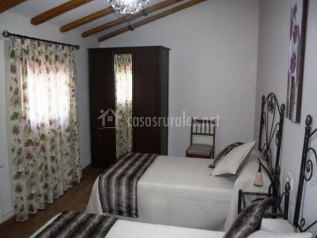Dormitorio doble con mantas grises
