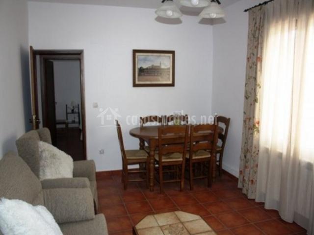 Sala de estar con alacena y mesa de comedor