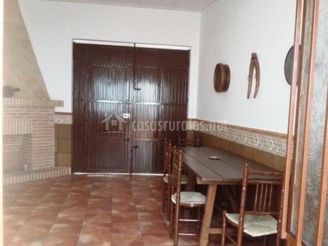 Sala de estar con chimenea en esquina y mesa