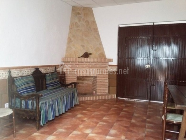 Sala de estar con chimenea en esquina