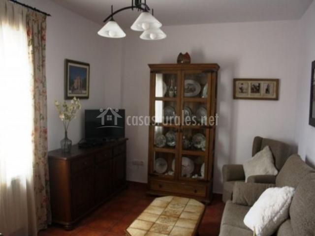 Sala de estar con mesa y televisor de plasma