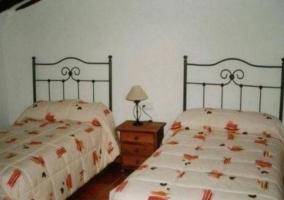Dormitorio de matrimonio con colcha en tonos claros