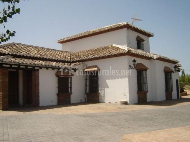 Mansi n piedras blancas en colmenar m laga for Fachadas de casas con ventanas blancas