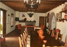 Comedor con mesa y distinto mobiliario