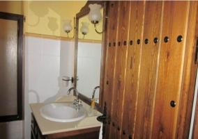 Detalle del lavabo con puerta de madera