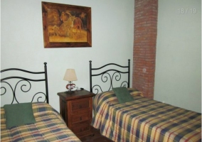 Dormitorio con dos camas individuales y cuadro en la pared