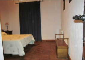 Dormitorio de matrimonio con cortina azul
