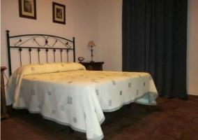 Dormitorio de matrimonio con cuadros en la pared
