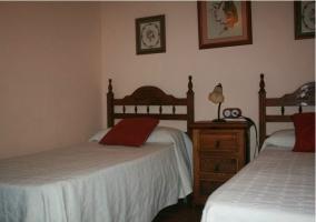 Dormitorio doble con cabecero de madera