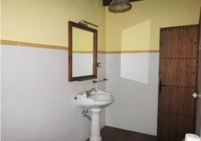 Espejo y lavabo. Puerta de madera