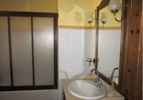 Lavabo con bañera. Puerta de madera