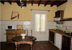Mesa de la cocina de madera con vigas