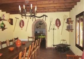 Mesa del comedor de madera con arco a la cocina
