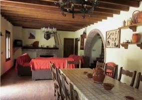 Mesa para comer con sillones y chimenea