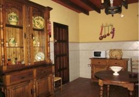Mueble y microondas. Mesa de madera