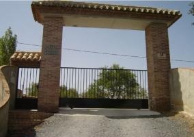 Puerta de entrada para coches y puerta para personas