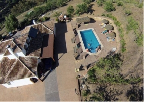 Vista elevada de la piscina y el alojamiento