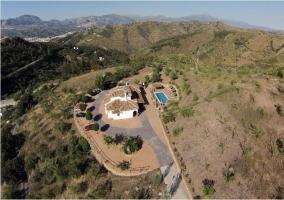 Vista panorámica de todo el entorno con la casa y la piscina