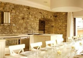Cocina comedor con paredes de piedra