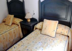 Dormitorio de matrimonio con cabecero de color oscuro