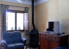 Sala de estar con perchero y sillones