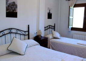 Dormitorio para tres amplio y con ventana