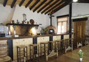 Cocina campera con chimenea y zona para comer