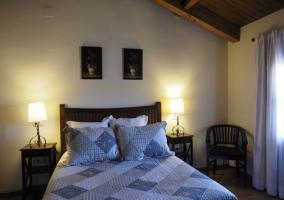 Dormitorio abuhardillado y ventana