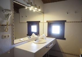 Dormitorio abuhardillado y vistas del aseo