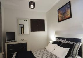 Dormitorio con cama de matrimonio en blanco y negro