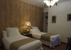 Dormitorio con friso de madera