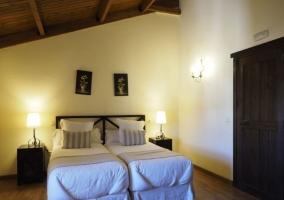 Dormitorio con suelos de madera y techos