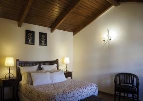 Dormitorio de matrimonio con techos abuhardillados