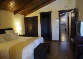 Dormitorio doble con techos abuhardillados y mantas