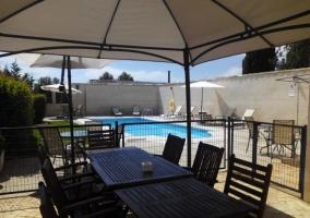 Vistas de las zonas de piscina con terraza