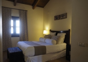 Dormitorio doble en blancos y marrones con ventanal