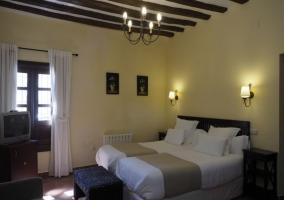 Dormitorio doble en blancos y marrones