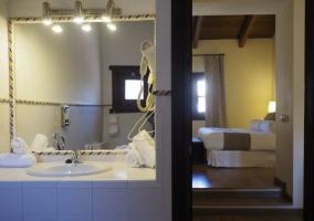 Dormitorio doble en blancos y su aseo