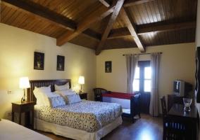 Dormitorio triple y amplio espacio