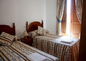 Dormitorio doble con colchas en azul y rojo