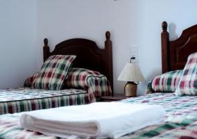 Dormitorio doble con mesillas junto a las camas