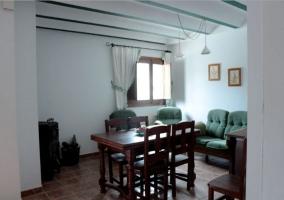 Sala de estar y comedor en madera y verde