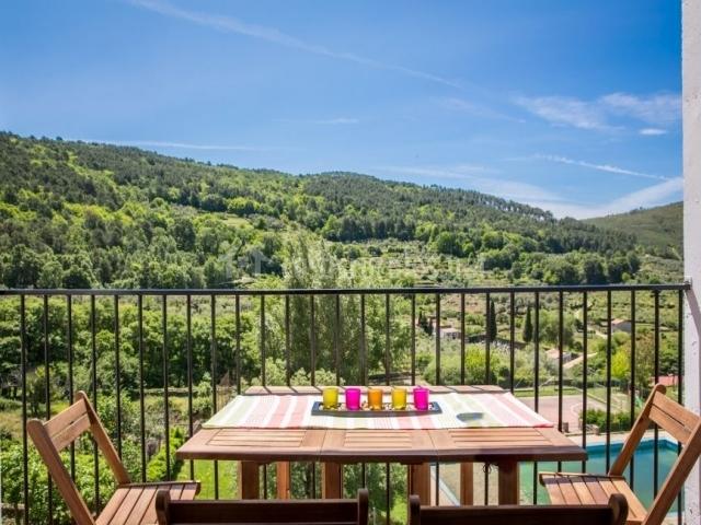 Acceso a la terraza con vistas del entorno natural