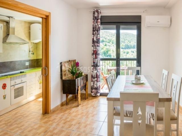 Cocina y comedor comunicados con puerta corredera
