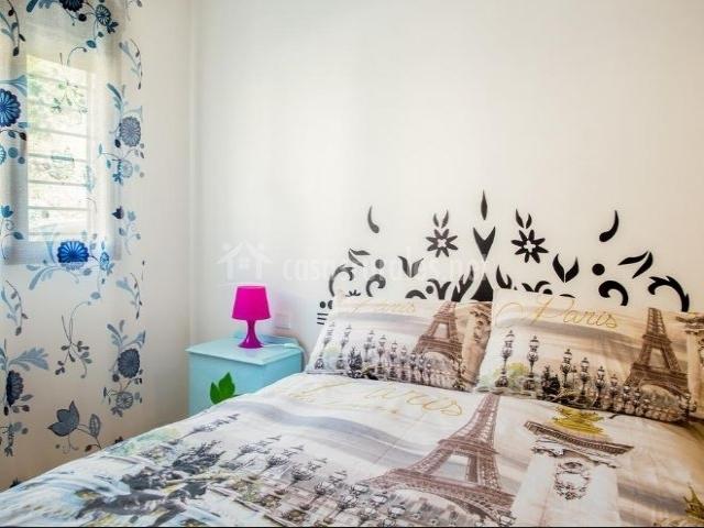 Dormitorio de matrimonio con cortinas coloridas