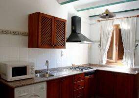 Cocina completa en L con armarios y lavadora