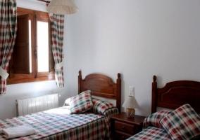 Dormitorio doble con cortinas a juego y mesillas