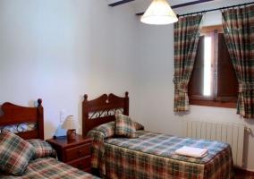 Dormitorio doble con cortinas a juego