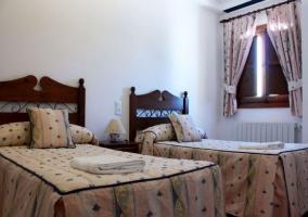 Dormitorio doble con toallas y cabeceros